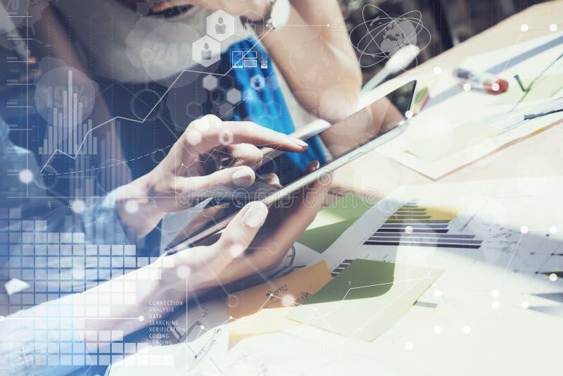 Main électronique de Tablette d'affichage émouvant de femme Chef de projet Researching Process Affaires Team Working New Startup photographie stock