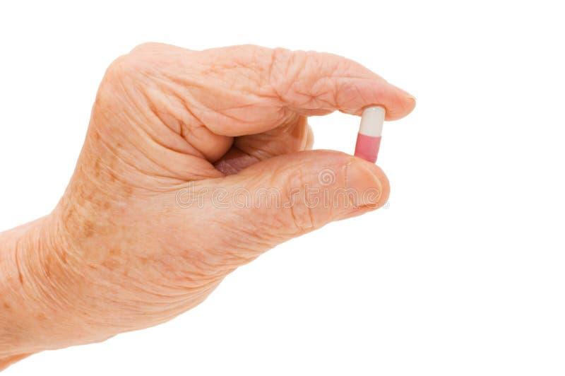 Main aînée avec des tablettes d'isolement au-dessus du blanc photo stock