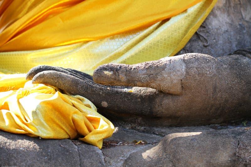 Main antique en gros plan de statue de Bouddha à Sukkothai, à la Thaïlande, à main en pierre méditante de statue de Bouddha, à ré photographie stock libre de droits