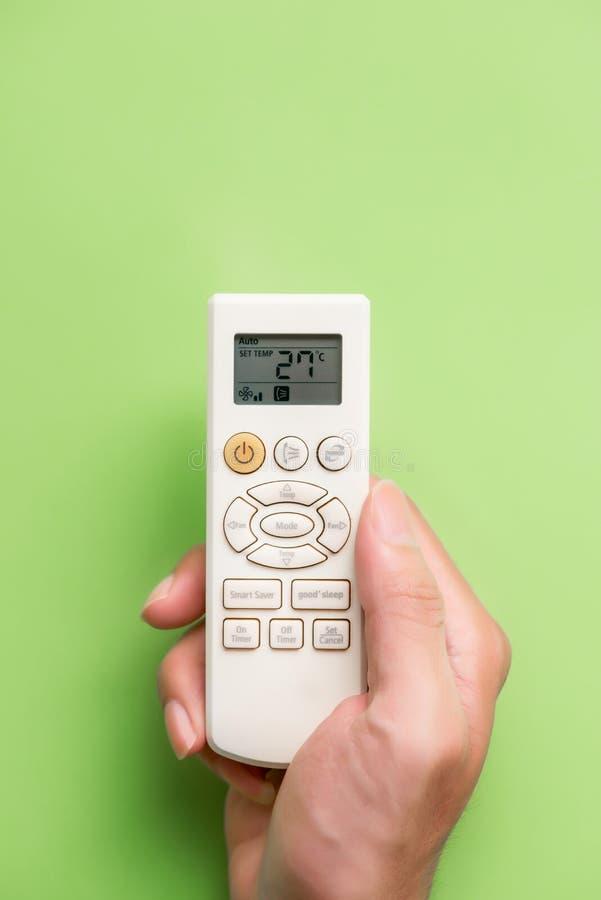 Main avec à télécommande de climatiseur d'isolement sur le fond blanc images libres de droits