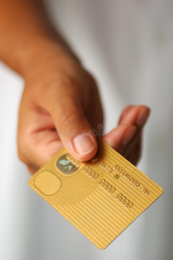 Main avec de l'or par la carte de crédit image libre de droits