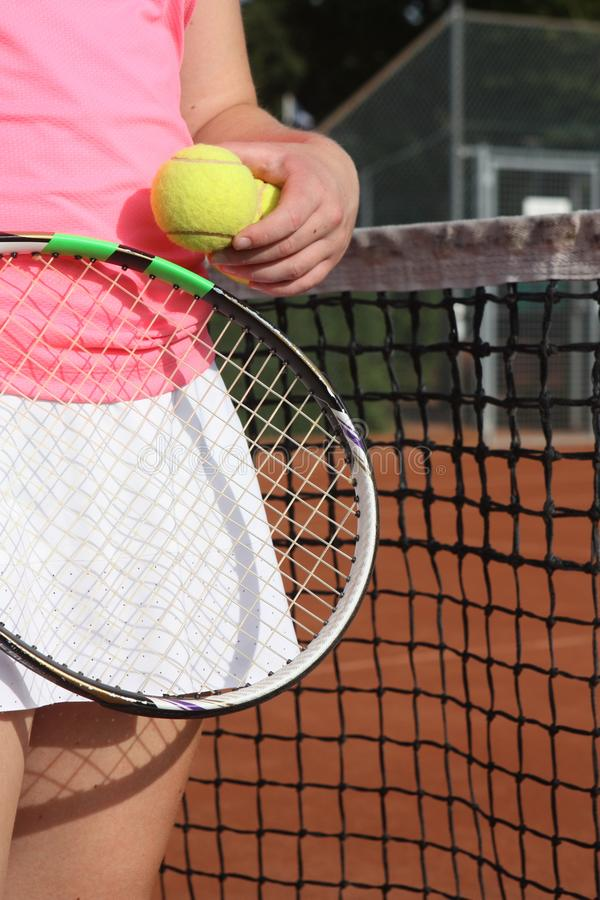 Main avec de la balle de tennis et la raquette photo libre de droits