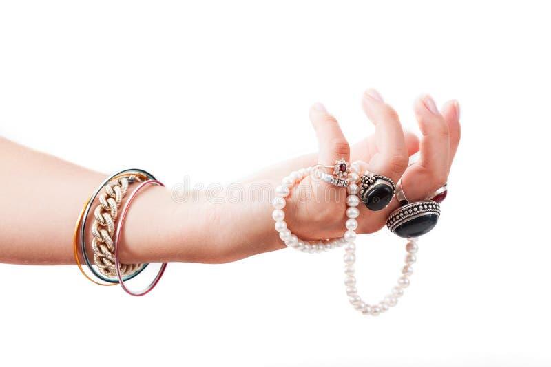 Main avec des bijoux photographie stock