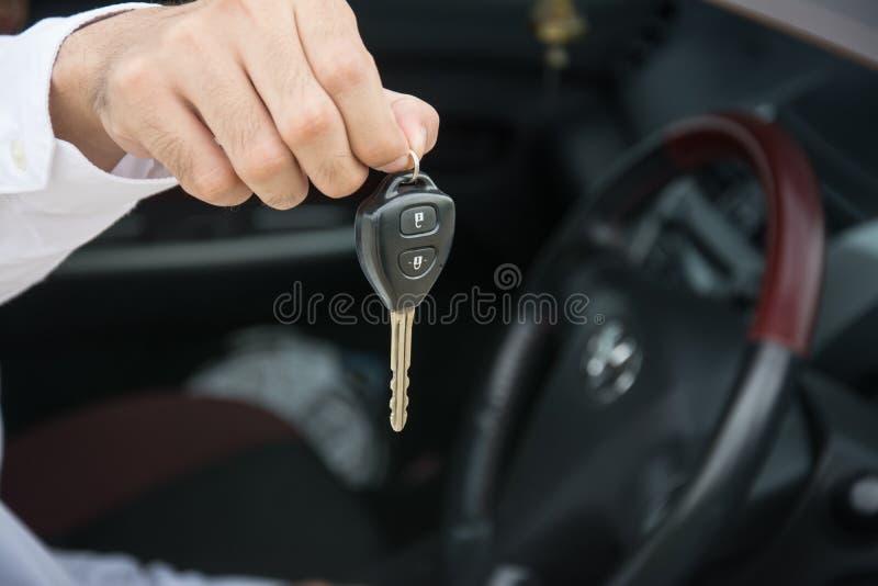 Main avec des clés d'une voiture dans la voiture images libres de droits