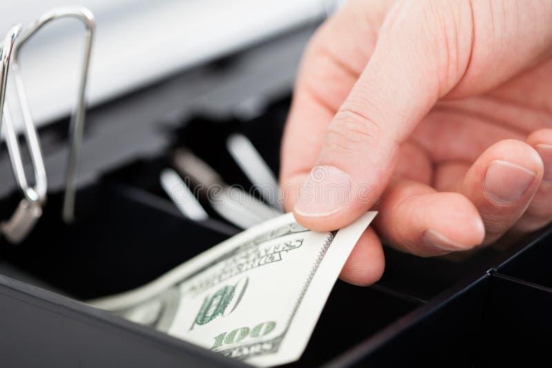 Main avec des notes du dollar images stock