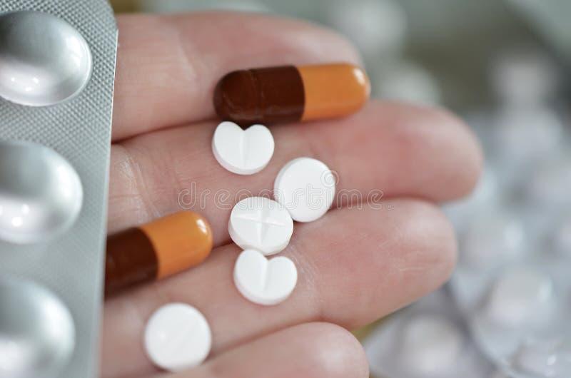 Main avec des pilules et des capsules photo libre de droits
