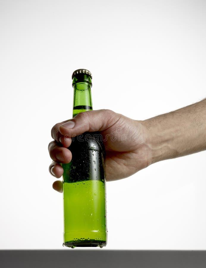 Main avec la bouteille à bière images libres de droits