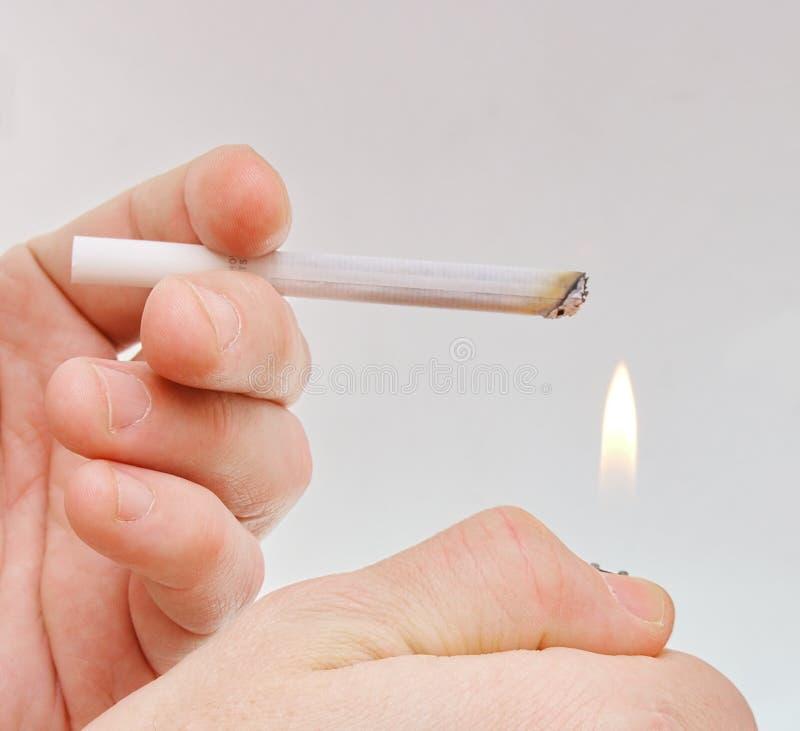 Main avec la cigarette photos stock