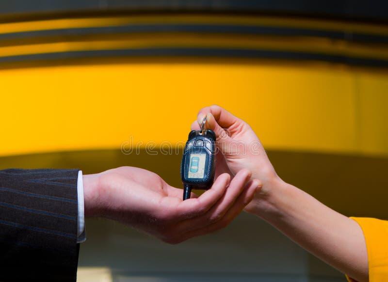 Main avec la clé de véhicule photographie stock
