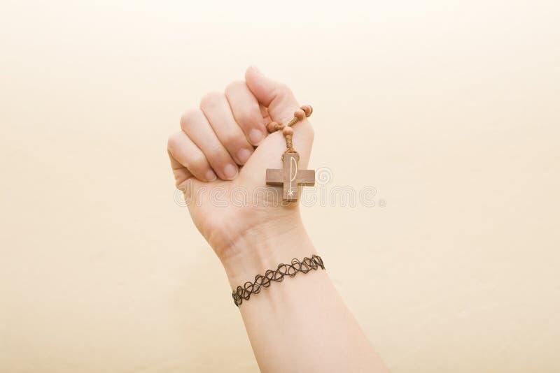 Main avec la croix photo stock