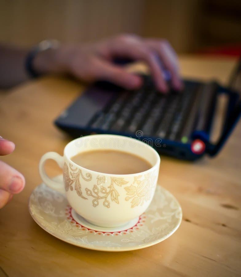 Main avec la cuvette de café. photographie stock libre de droits