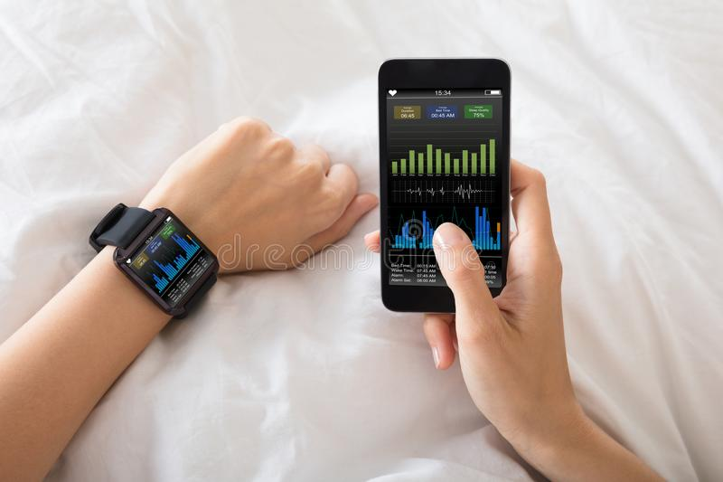 Main avec la montre intelligente montrant le taux de battement de coeur photos libres de droits