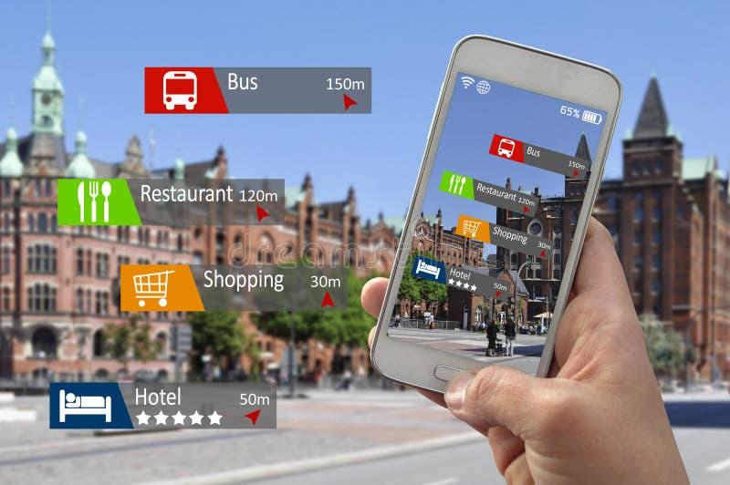 Main avec la réalité augmentée par smartphone image stock