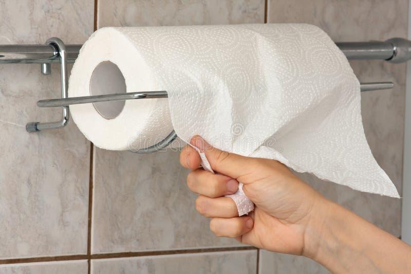 Main avec la serviette de papier images stock