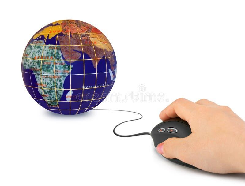 Main avec la souris et le globe d'ordinateur image libre de droits