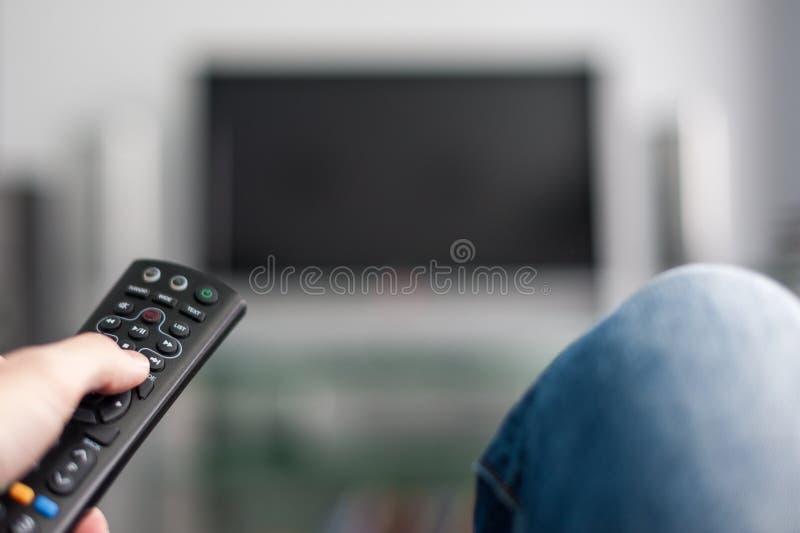 Main avec la TV à télécommande images libres de droits