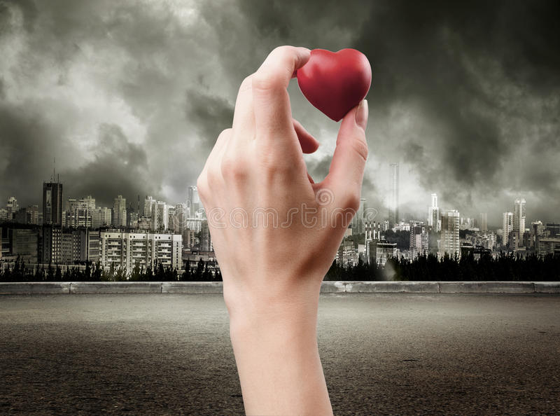 Download Main avec le coeur rouge image stock. Image du ciel, industrie - 76076909