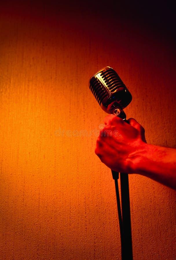 Main avec le microphone professionnel de studio images stock