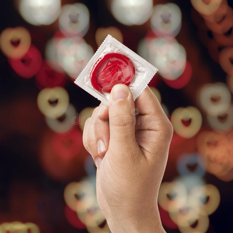 Main avec le préservatif image libre de droits