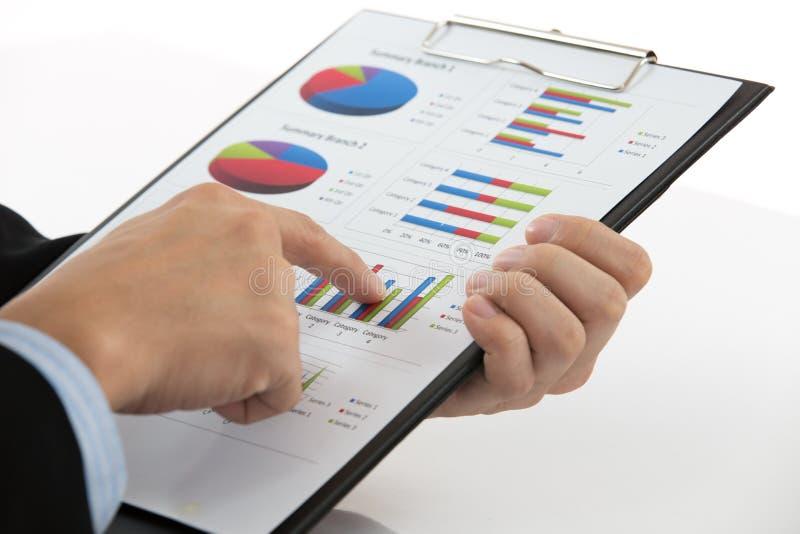 Main avec le rapport de finances photo stock