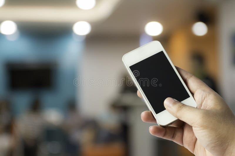 Main avec le smartphone photos libres de droits