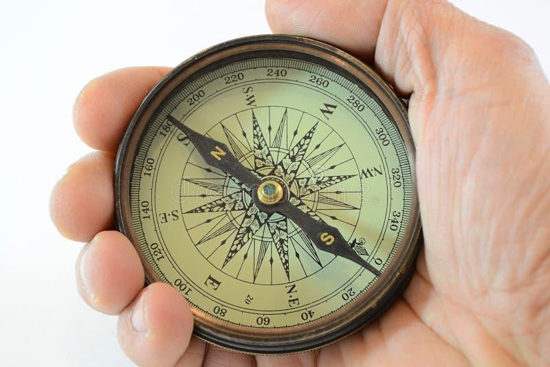 Main avec le vieux compas photos stock