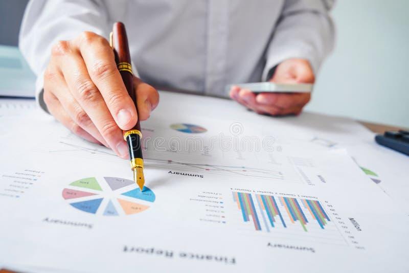Main avec une écriture de stylo sur le papier d'affaires Rapportez le diagramme photos stock
