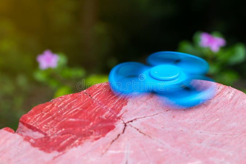 Main bleue de fileur avec le tronçon rouge photos libres de droits