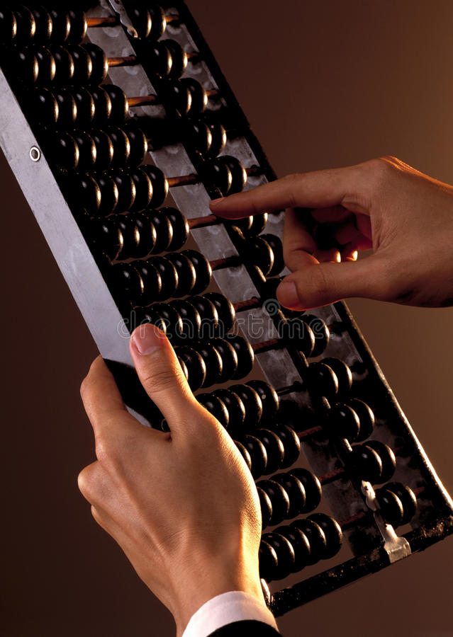Main calculant utilisant l'abaque image stock