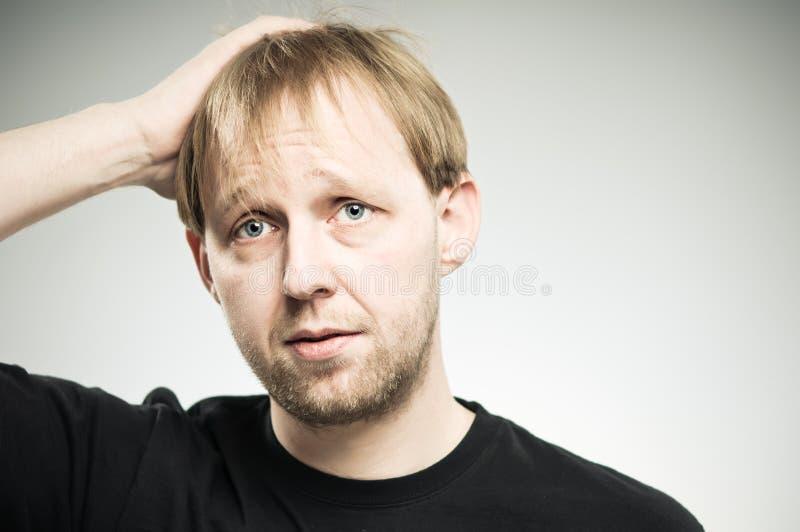 Main caucasienne d'homme en portrait de frustration de cheveux photographie stock