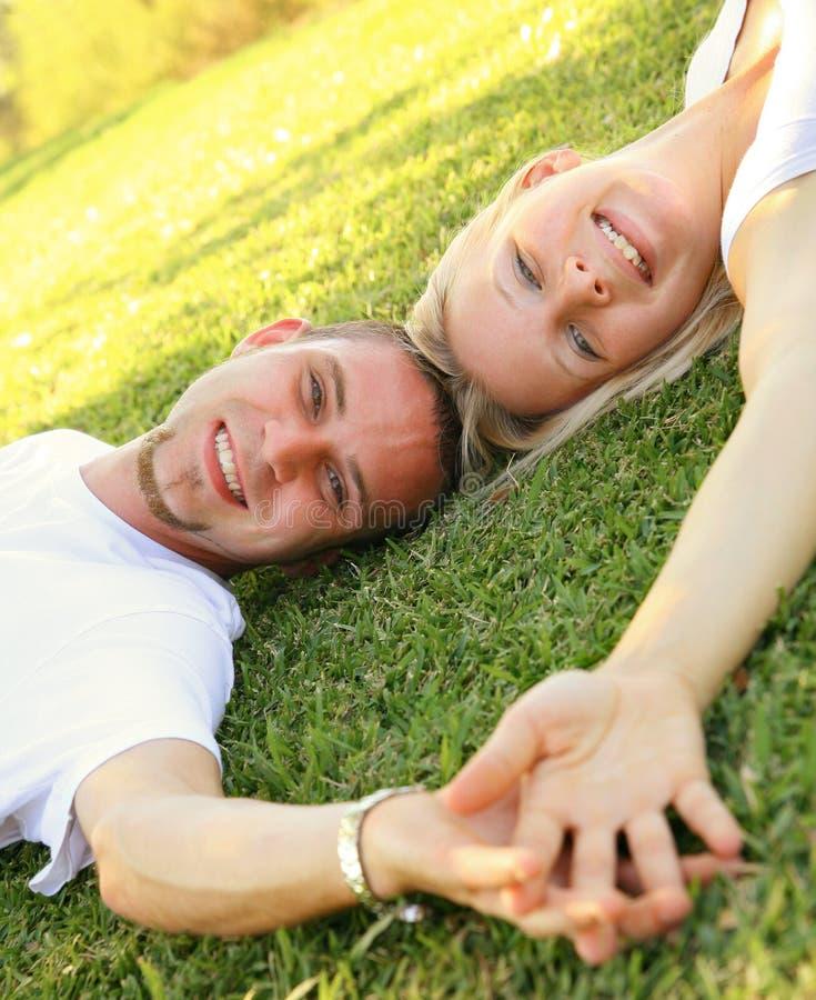 Main caucasienne de sourire heureuse de fixation de couples photographie stock