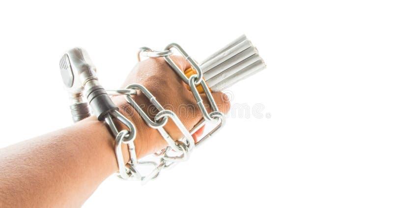 Main, chaînes et cigarette masculines images libres de droits