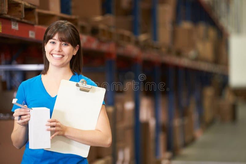 Main-d'œuvre féminine dans l'entrepôt de distribution photos libres de droits