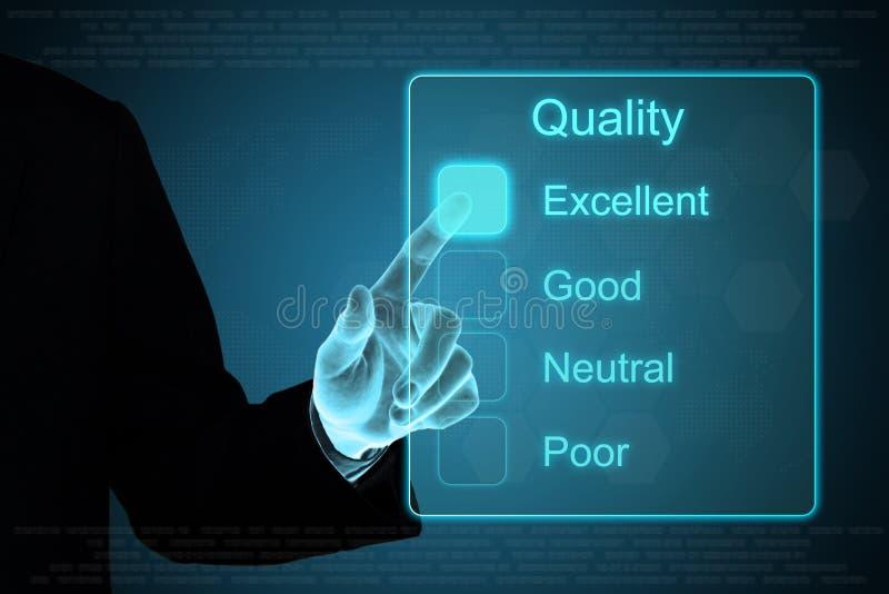 Main d'affaires cliquant sur la rétroaction de qualité sur l'écran tactile images stock