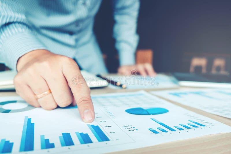 Main d'affaires se dirigeant sur le papier d'affaires Rapportez le diagramme images stock