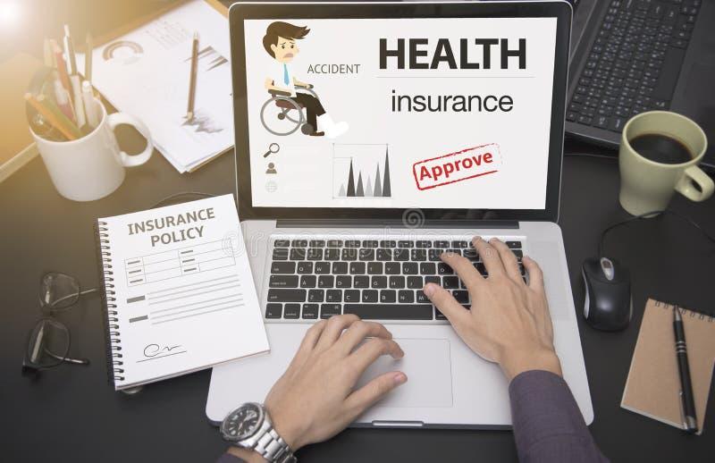 Main d'affaires utilisant l'ordinateur avec l'assurance médicale maladie de protection photo libre de droits