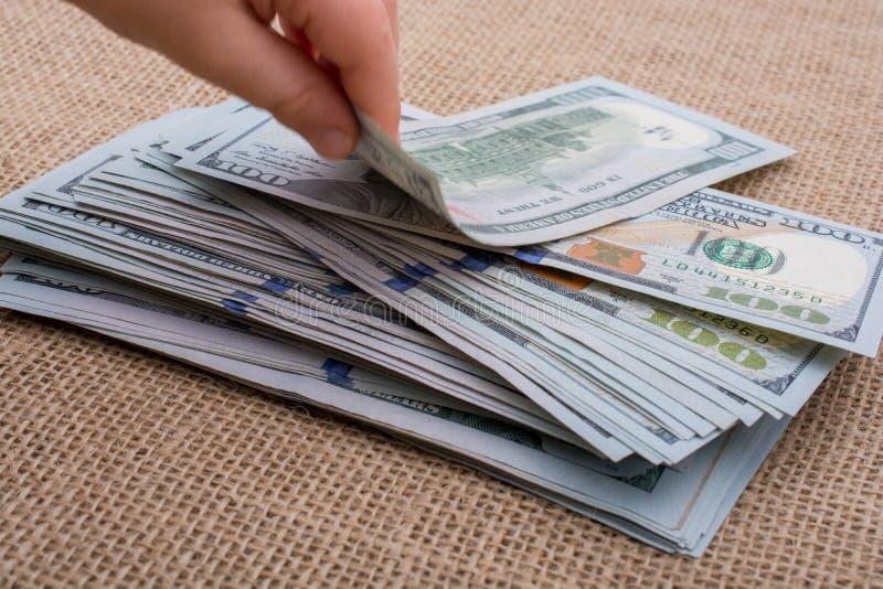 Download Main D'enfant En Bas âge Jugeant Le Paquet De Billet De Banque Du Dollar US Disponible Photo stock - Image du banknote, inflation: 87703964