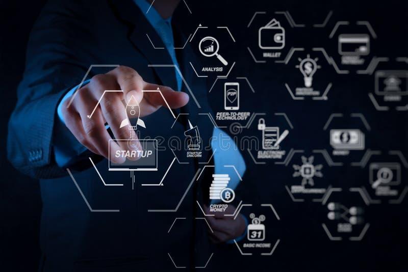 main d'homme d'affaires dirigeant le tableau blanc ou l'écran virtuel photographie stock