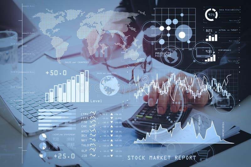 main d'homme d'affaires fonctionnant avec des finances au sujet de coût et de calculatrice photographie stock