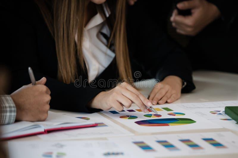 Main d'homme d'affaires indiquant un diagramme lors de la réunion tandis que DIS images stock