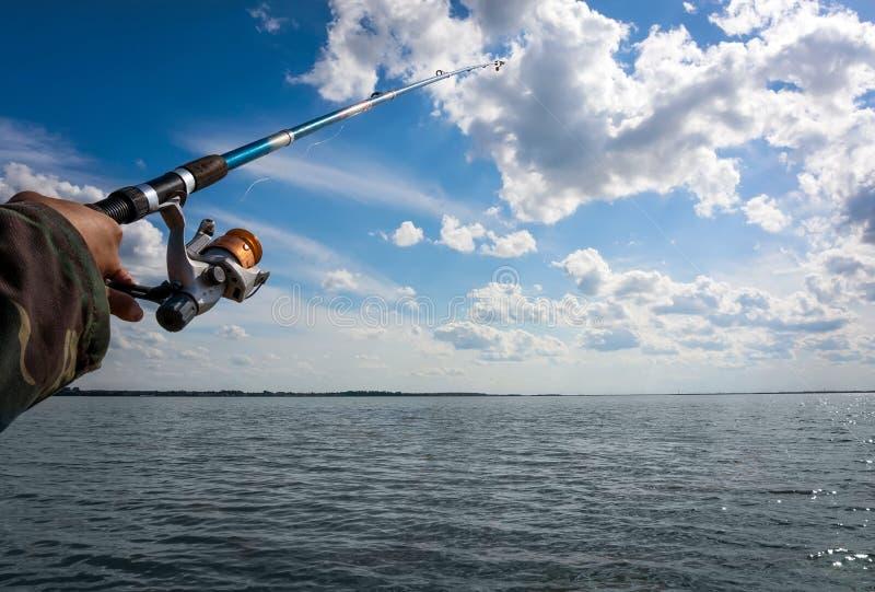 Main d'homme avec la canne à pêche photo libre de droits