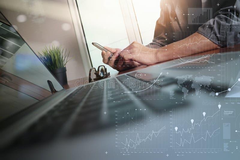 Main d'homme d'affaires fonctionnant avec le nouvel ordinateur moderne et les affaires images stock