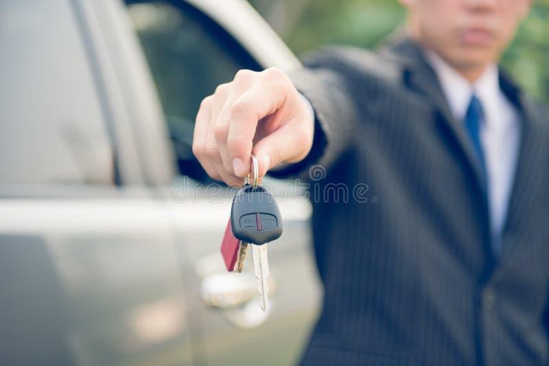 Main d'homme d'affaires montrant la clé de voiture photos libres de droits