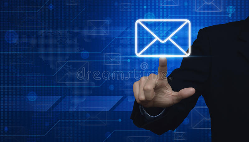 Main d'homme d'affaires poussant l'icône d'email sur le technol numérique de carte du monde images libres de droits