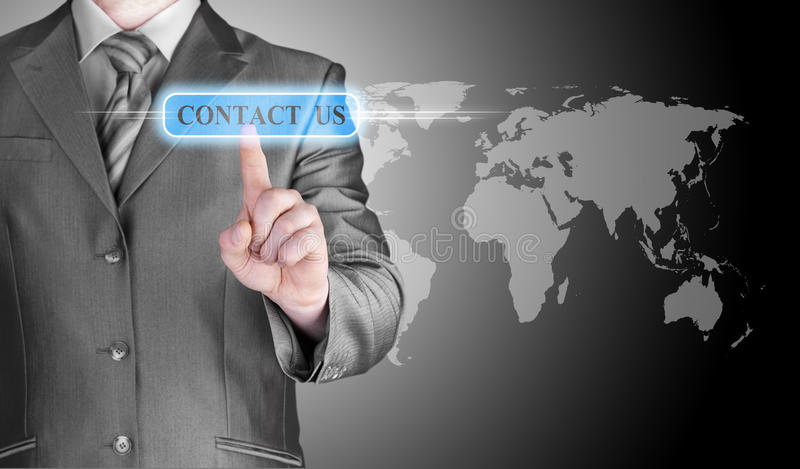 Main d'homme d'affaires poussant le bouton de contactez-nous photo libre de droits