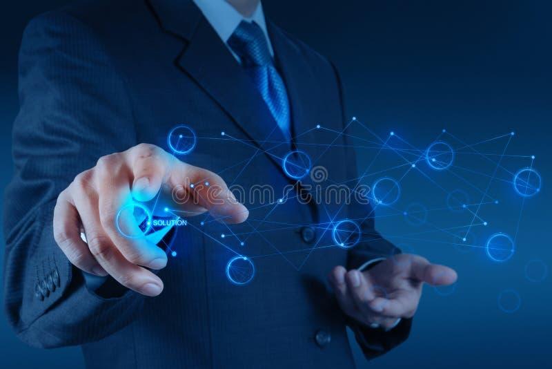 Main d'homme d'affaires poussant le graphique de solution sur un écran tactile photos stock