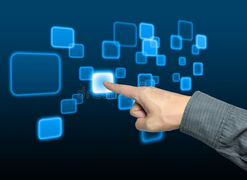 Main d'homme d'affaires poussant un bouton sur l'écran tactile image stock