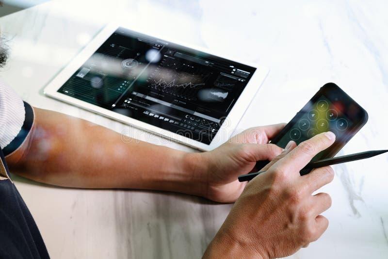 main d'homme d'affaires travaillant à l'ordinateur portable d'ordinateur et au digita photos stock