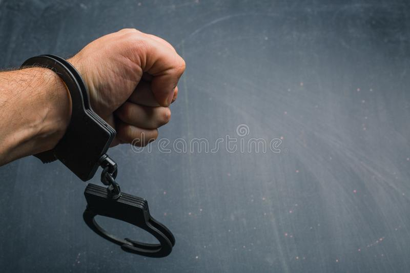 main d'homme dans des menottes photographie stock