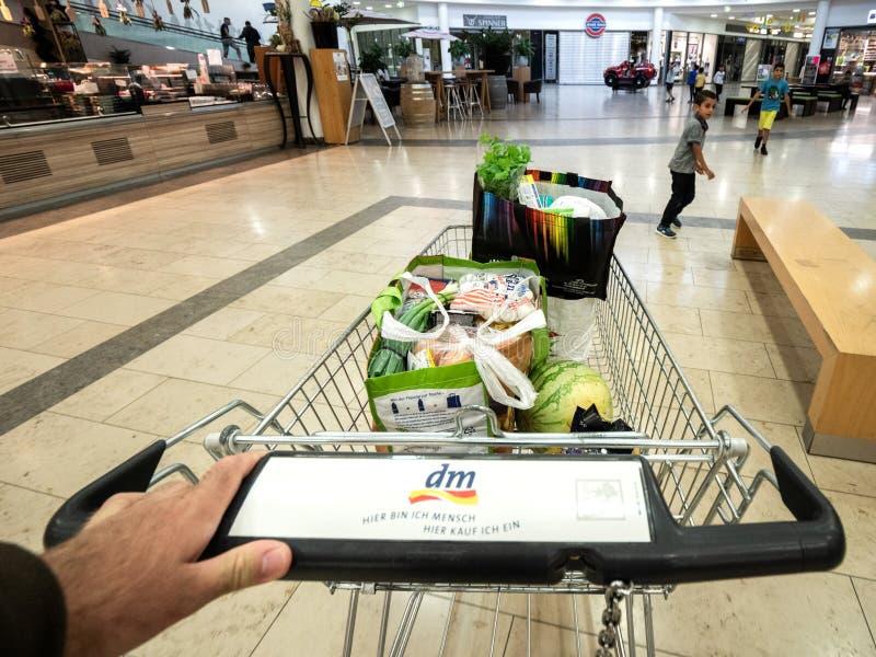 Main d'homme de POV poussant le bas-côté de voiture de supermarché images libres de droits